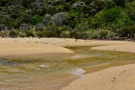 kahlaten yli, helppo nakki, pitää tietää turvalliset ylitysajat vuoroveden mukaan tai kiertää metsän kautta polkua